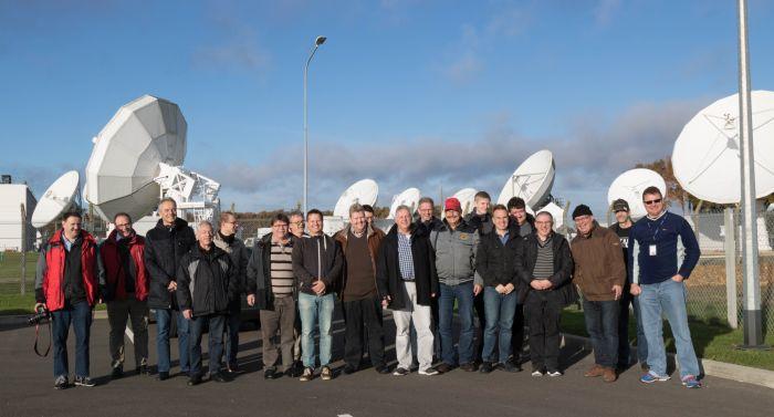 SBC Gruppenfoto am Eingang des Sende- und Empfangszentrums Rambouillet (südwestlich Paris) von Eutelsat